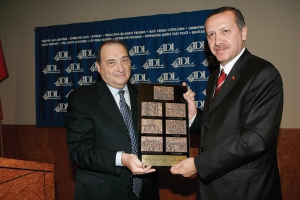 """Ердоган получает награду """"За мужество"""" от одной из самых сионистских организации мира -""""Антидиффамационной Лиги"""". США, 2005 год."""