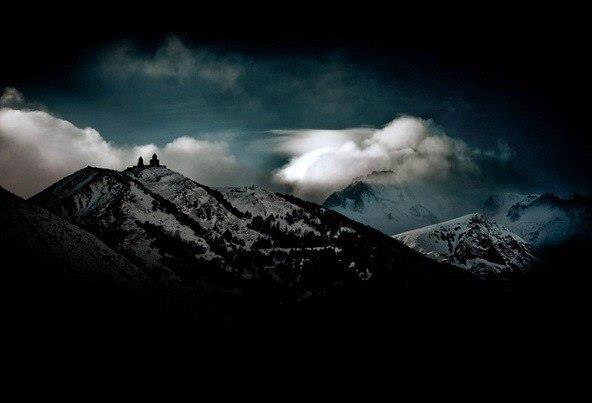 Храм Св.Троицы 14 века (действующий скит ГПЦ) на склоне горы Казбек на высоте 2200м над пос.Степанцминда (бывший Казбеги)- монастырь за облаками