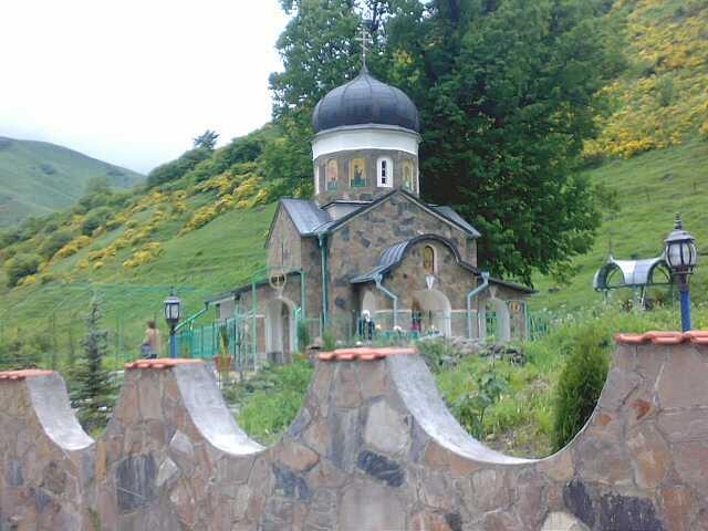 Действующий храм Св.Троицы 12 века на склоне горы Казбек (с российской ее стороны) на высоте около 2000 м, в селе Горная Саниба Кармадонского ущелья Северной Осетии
