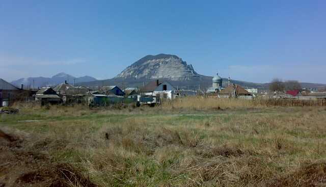 Вид с окраины Минвод на горы Змейка и Бештау, начало апреля