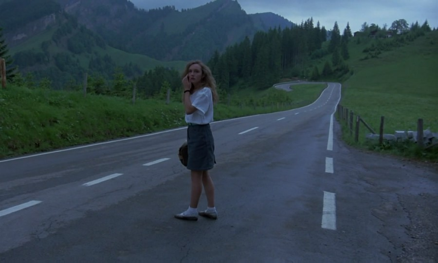 Phenomena.1985.720p.BluRay.x264-CiNEFiLE-jabolko.mkv_snapshot_00.02.56_[2012.02.21_19.44.46]