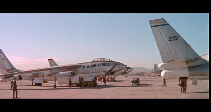 bombers b52.avi_snapshot_00.07.49_[2014.11.02_22.44.21]