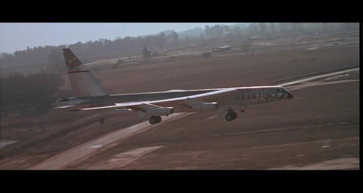 bombers b52.avi_snapshot_01.01.07_[2014.11.02_23.20.42]