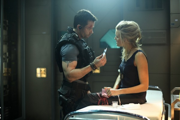 Guy-Pearce-and-Maggie-Grace-in-Lockout-2012-Movie-Image1-600x400