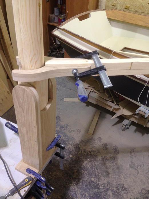 А вот так состыковается гик к мачте. А сама мачта установлена в стандерсе. Или в табернакле. Стандерс (табернакль) - устройство завала мачты.