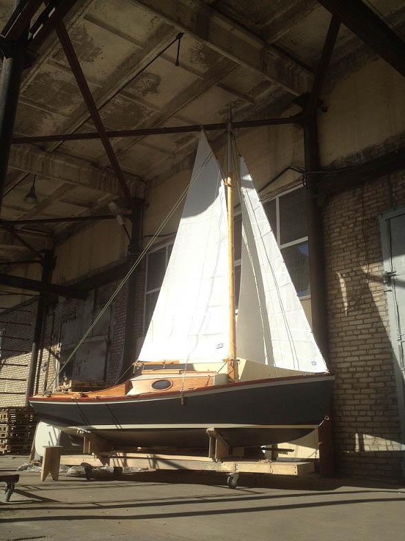 Лодку заставили немного подышать свежим воздухом, примерив парусный гардероб.
