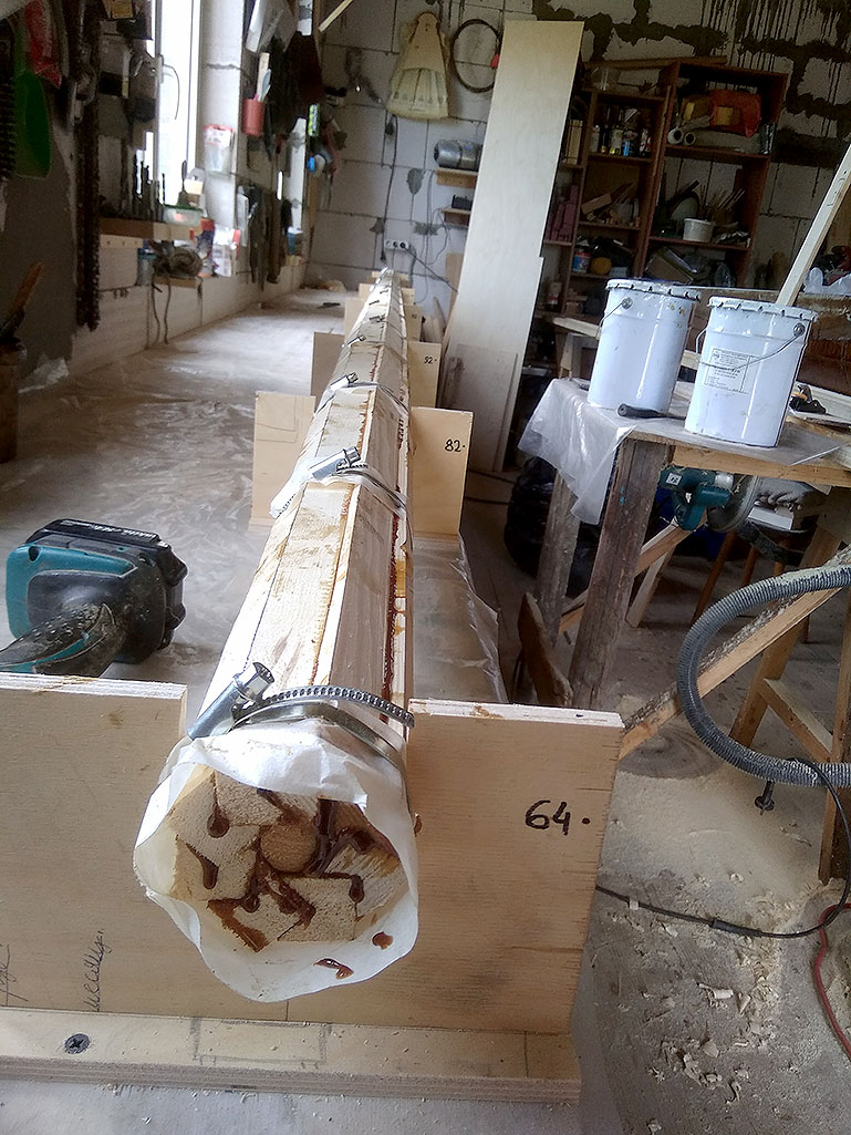 Для нормального обжима пришлось применять стальные червячные хомуты.