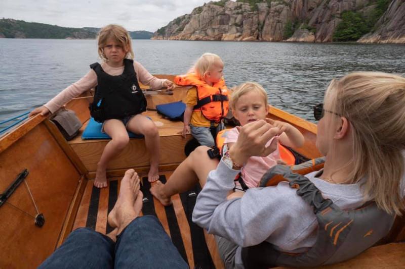 Дети не кажутся слишком довольными, но только потому, что холодно и им не разрешили купаться :)