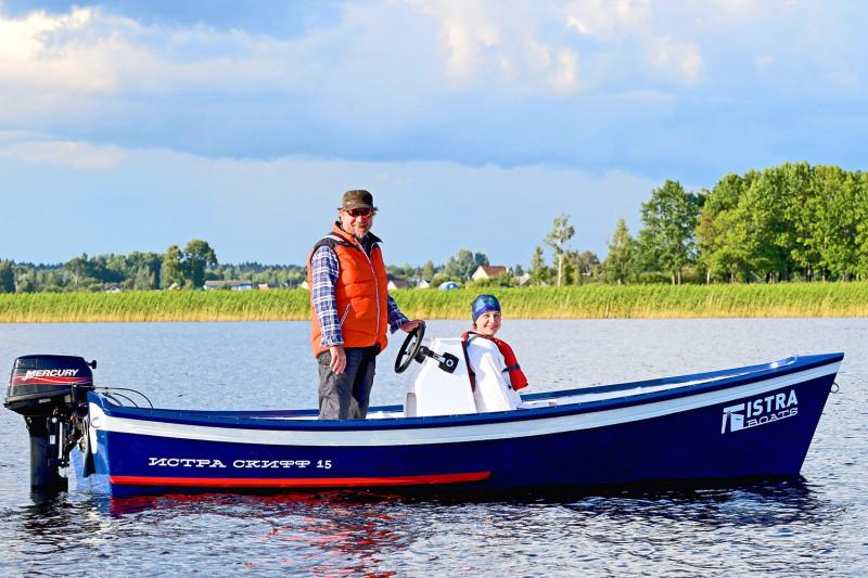 Леди тоже любят скоростные катера (с разрешения своих мужей, конечно же). Фотографирует муж. Обратите внимание на реальные размеры этой лодки. Даже пять человек не создают толчеи. Проверено.