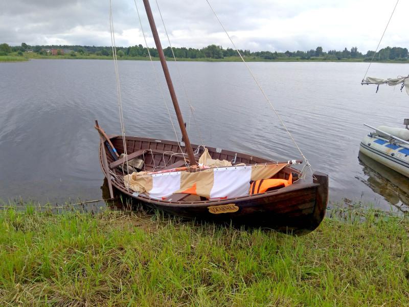 Парусная лодка с прямым парусным вооружением «Лужаночка»