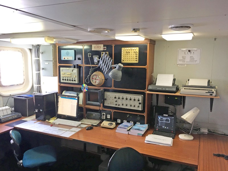 Ретро радио-рубка, ей для работы достаточно одного компьютера. Но вся старая аппаратура находится в абсолютно рабочем состоянии. И при случае способна справиться со всеми своими обязанностями.