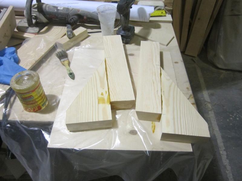 Изготавливаем из массива дерева носовую кницу или брештук.