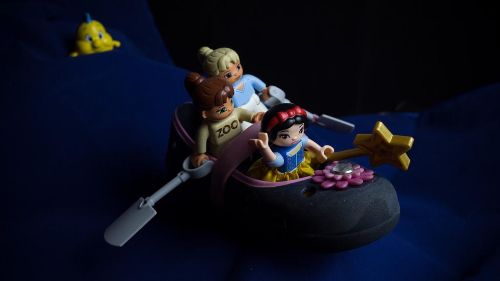 lego girl shoe boat sea yellow fish follow /  лего девочки плывут в лодке из туфли, желтая рыба за ними