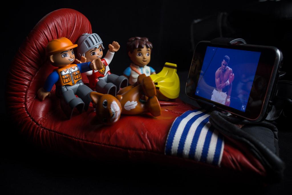 lego boys watch tv iphone with boxing in boxing glove / лего мальчики смотрят бокс с телевизора-телефона сидя в боксерской перчатке