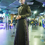 Cosplayer Petyr Baelysh cinema theatre hall / Косплеер Питера Бейлиша в холле кинотеатра
