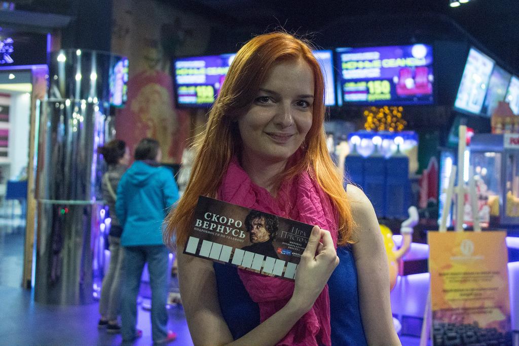 Red girl with Tyrion Lannister / Рыжая девушка с табличкой Тириона Ланнистера