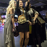cosplayer Khaleesi selfie girls / Девушки селфи с косплеершей Кхалиси