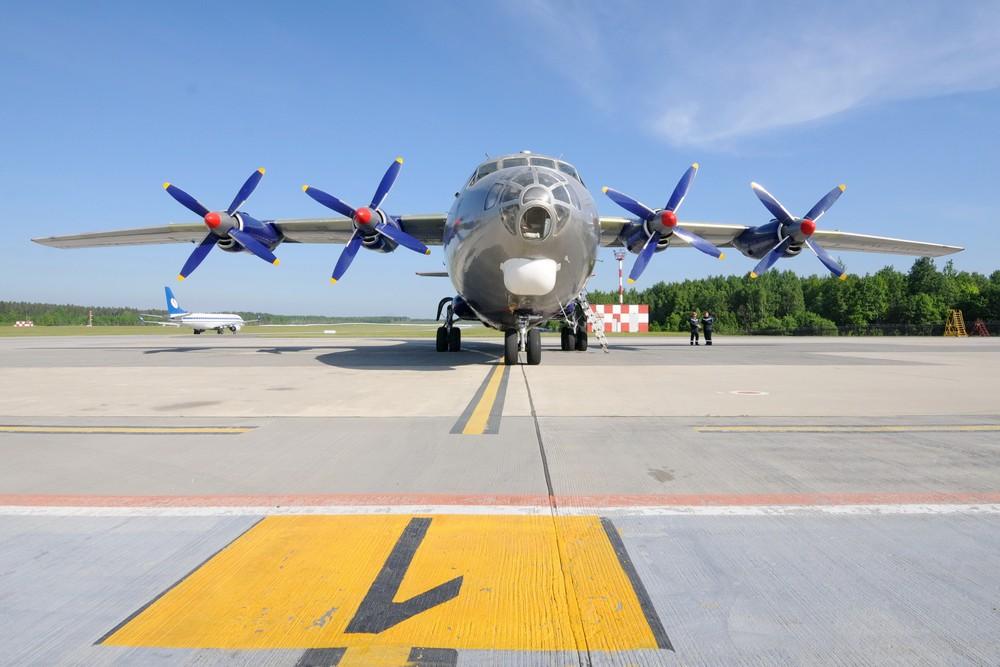Самолет Ан-12 в аэропорту Минск-2