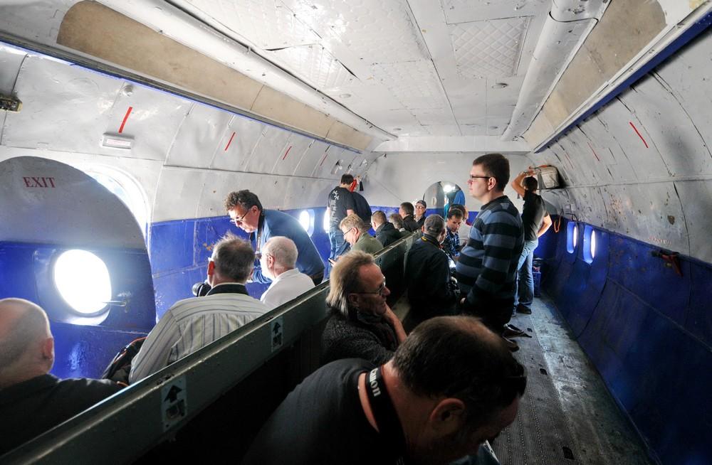 Пассажиры в салоне Ан-12 авиакомпании Ruby Star