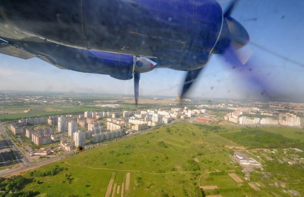 Вид из иллюминатора Ан-12. Посадка в аэропорту Минск-1