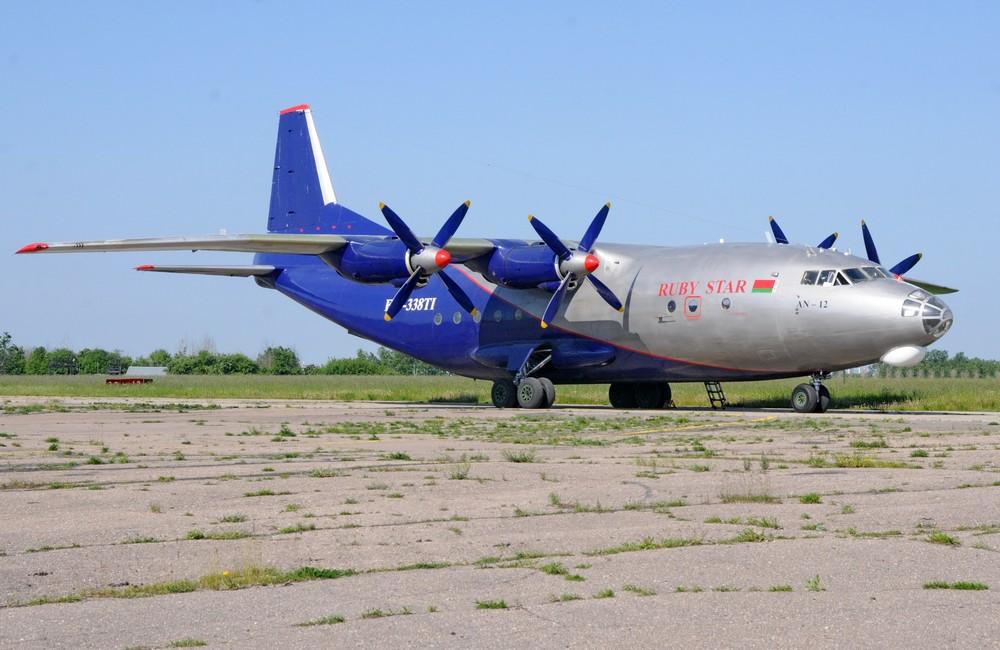 Самолет Ан-12 авиакомпании Ruby Star на перроне аэропорта Минск-1