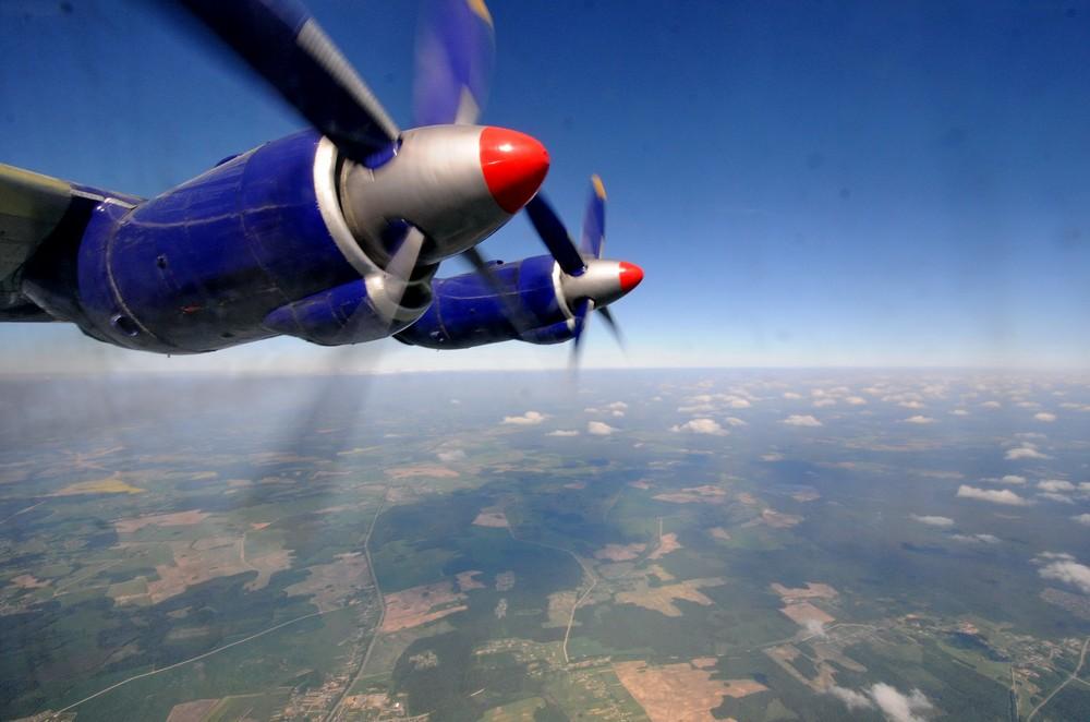 Вид на двигатели самолета Ан-12 в полете