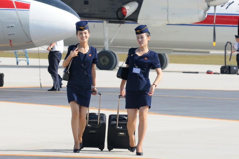 Стюардессы Корейских авиалиний в аэропорту Вонсан