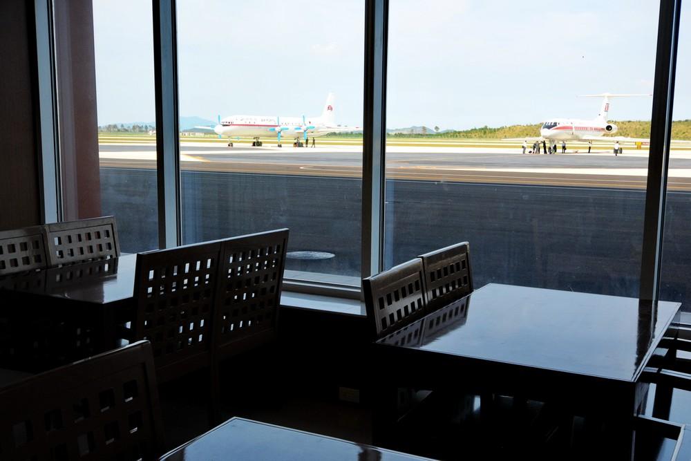 Кафе в аэропорту Вонсан Калма с панорамным видом на летное поле