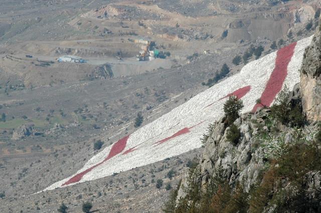 Вид с замка Буффавенто на флаг Северного Кипра