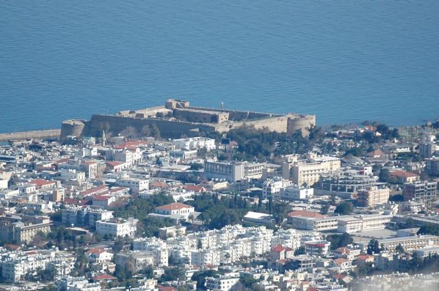 Вид на замок в Гирне с замка святого Хилариона