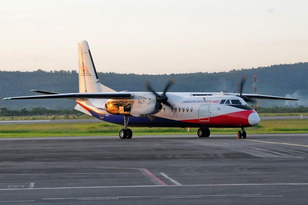 Самолет Xian МА-60 камбоджийской авиакомпании Bayon заруливает на стоянку в аэропорту Сиануквиля