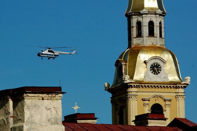 Вертолет Ми-8 Балтийских авиалиний заходит на посадку