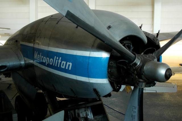Вид из иллюминатора на двигатель Convair-440