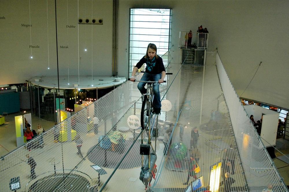 На велосипеде под потолком в музее Эврика