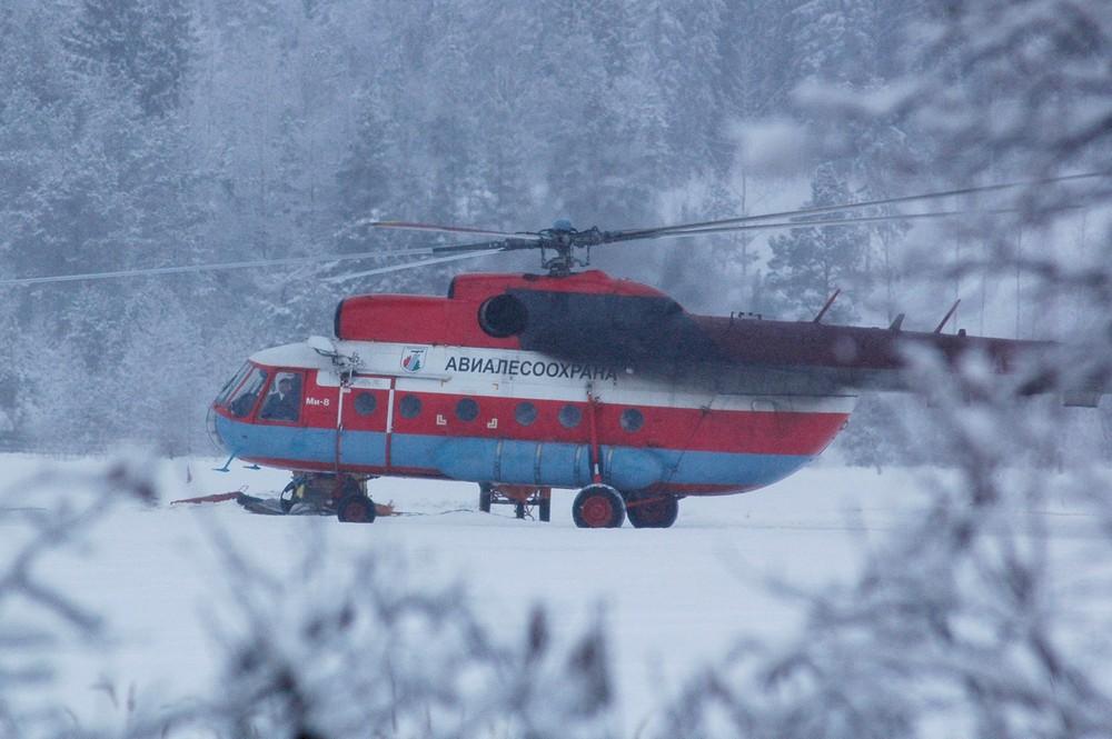 Вертолет Ми-8 в аэропорту Пески