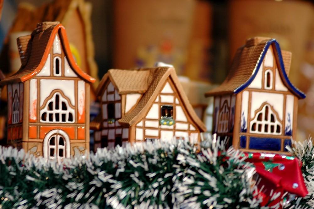 Рождественские домики на рождественской ярмарке в Таллине
