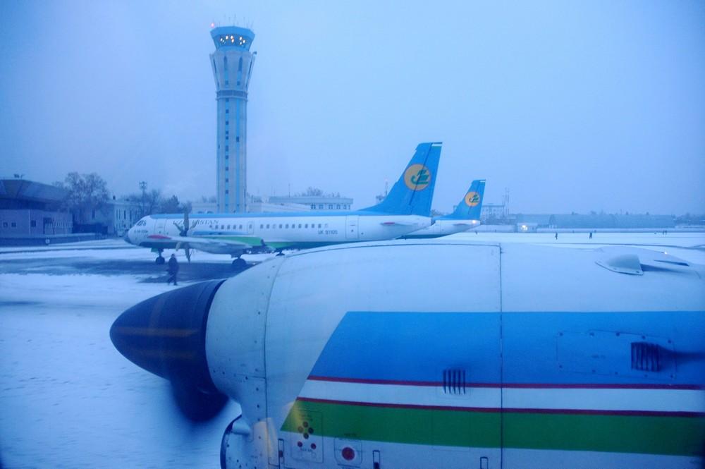 Запуск двигателей самолета Ilushin-114 Uzbekistan Airways в Ташкенте