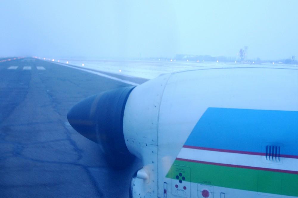 Ильюшин-114 Узбекских авиалиний на полосе