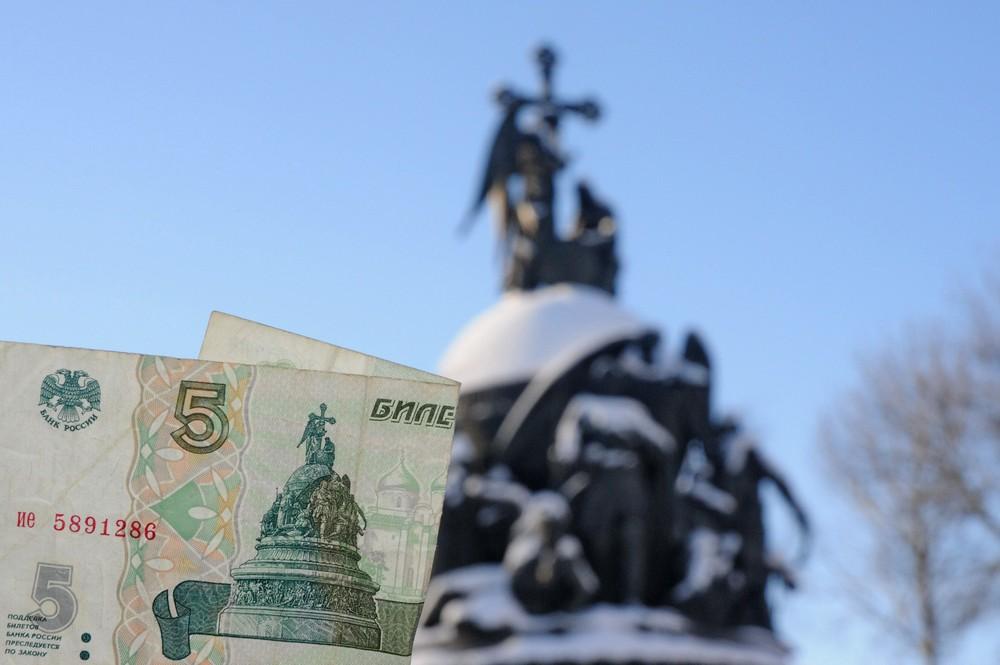 Банкнота 5 рублей на фоне памятника тысячелетию России в Великом Новгороде