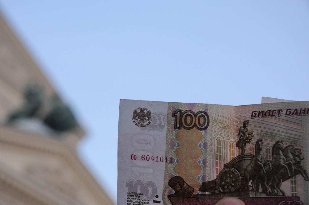 Бона 100 рублей на фоне Большого театра в Москве
