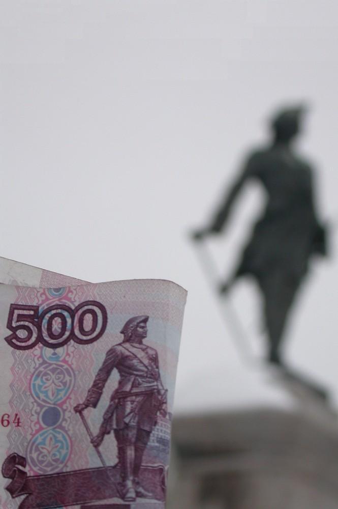 Деньга 500 рублей на фоне памятника Петру I в Архангельске
