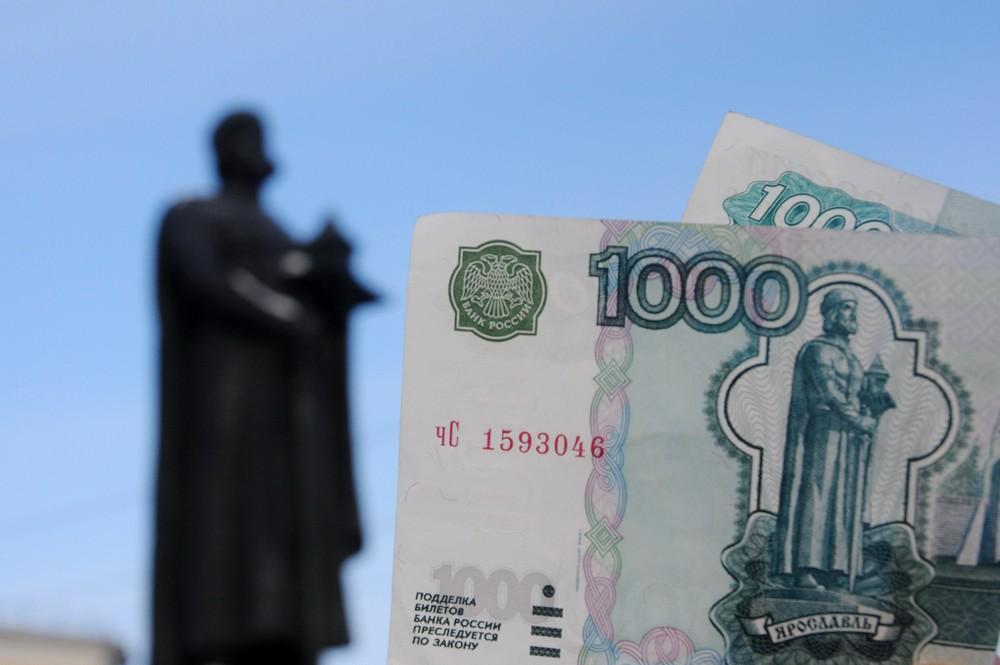 Купюра 1000 рублей на фоне памятника Ярославу Мудрому в Ярославле