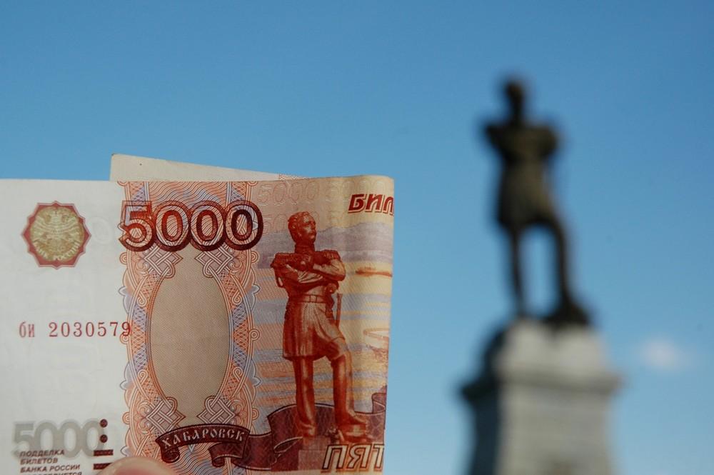 Банкнота 5000 рублей на фоне памятника Муравьеву-Амурскому в Хабаровске