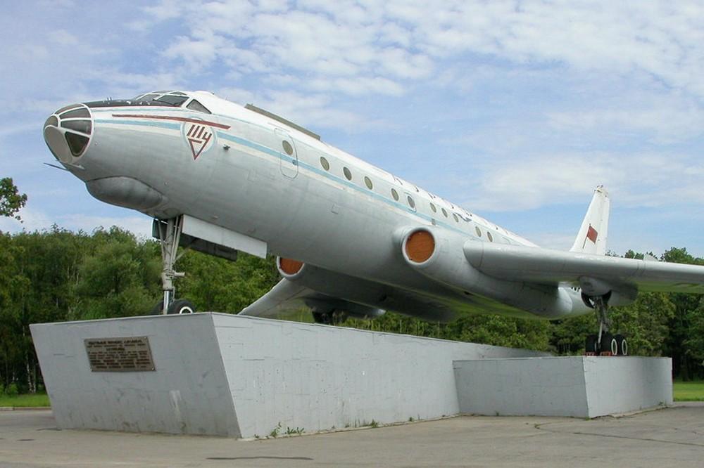 Памятник Ту-104 в аэропорту Внуково