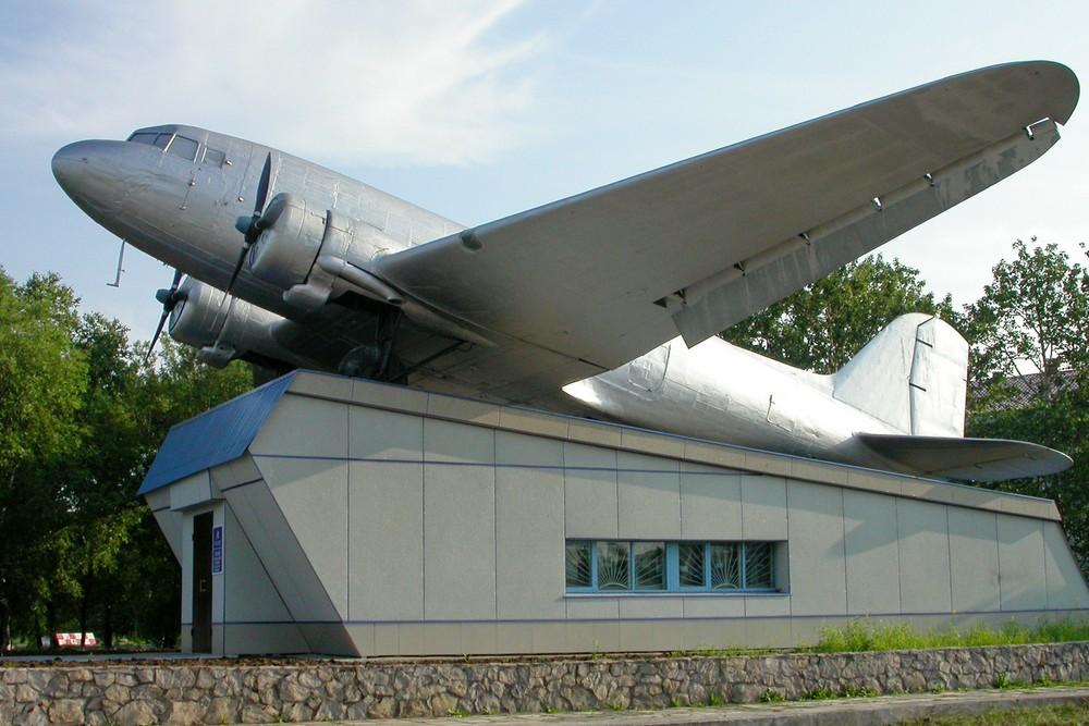 Памятник Ли-2 в аэропорту Петропавловска-Камчатского