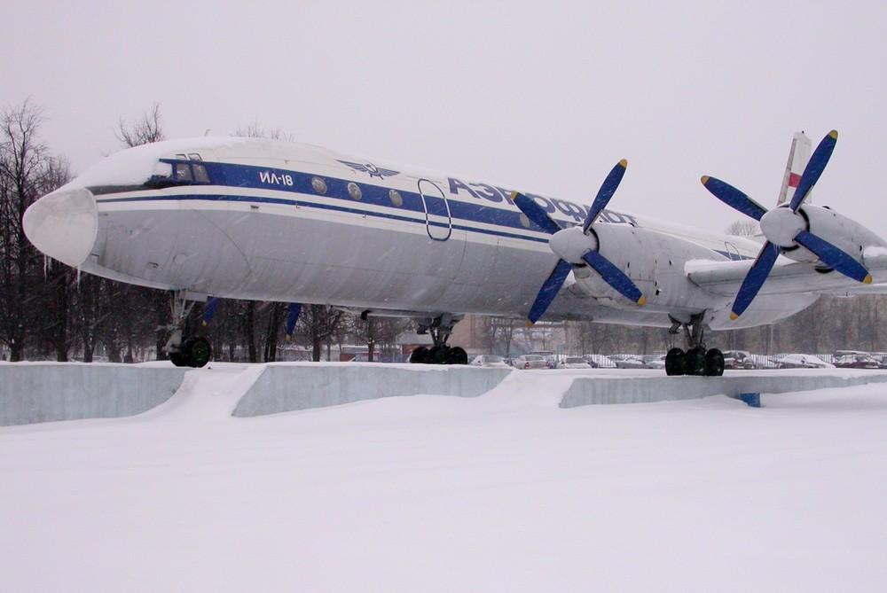 Памятник Ил-18 в аэропорту Шереметьево