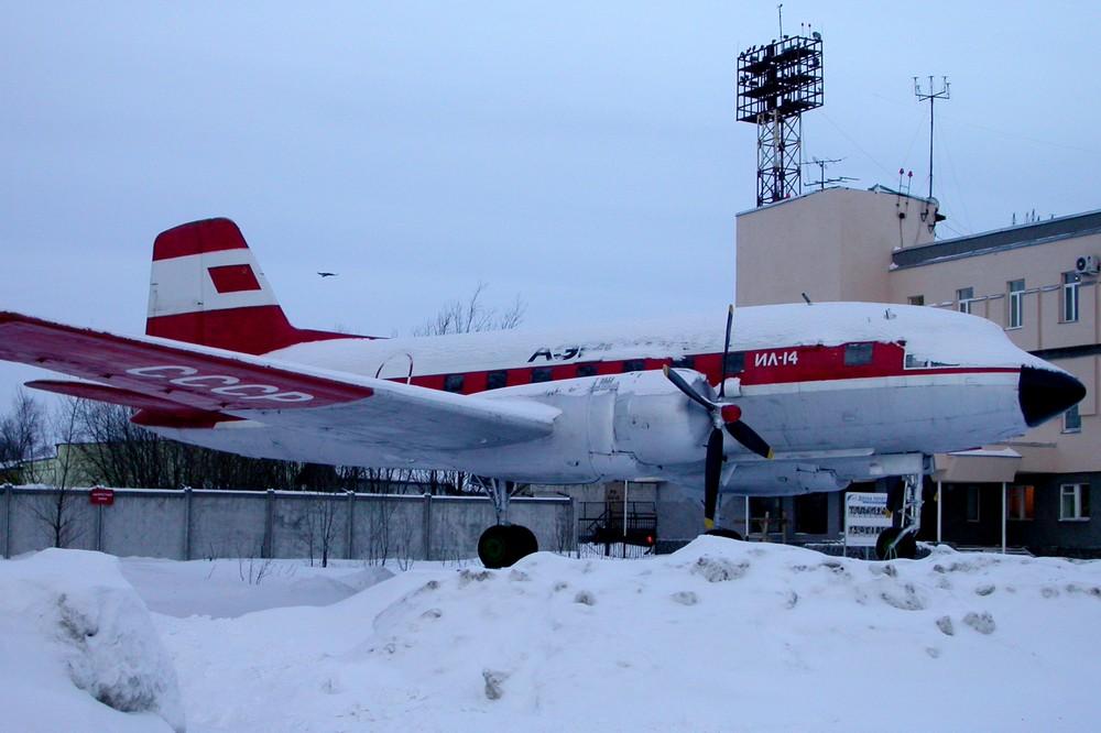 Памятник Ил-14 в аэропорту Архангельска