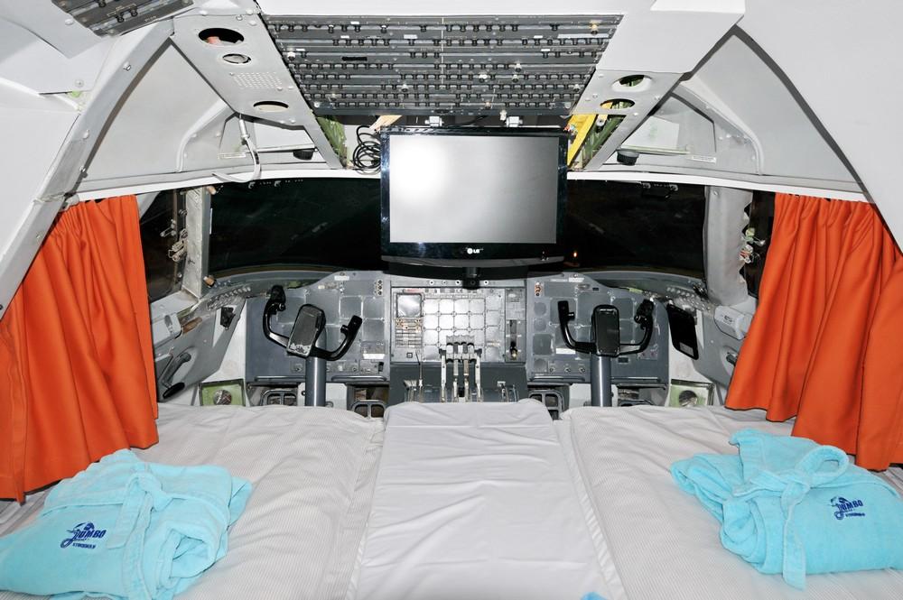 Кабина Боинга-747, превращенная в гостиничный номер Jumbo Hostel