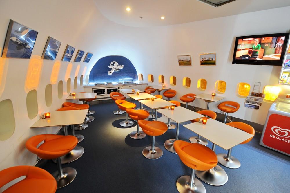 Ресторан в отеле Jumbo Hostel в аэропорту Стокгольма