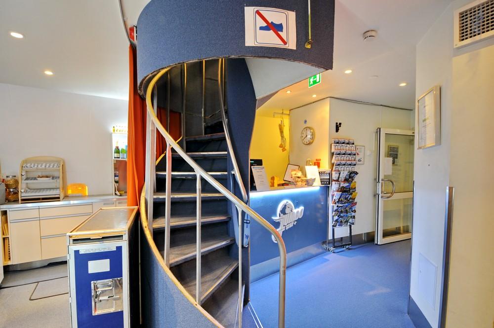 Рецепшен и лестница на второй этаж в отеле-самолете в Стокгольме